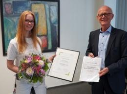 Geschäftsführer Jürgen Allemeyer mit der ausgezeichneten Auszubildenden