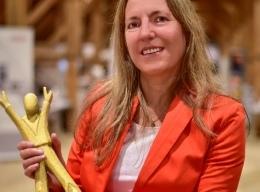 Gudrun Hartmann, Abteilungsleiterin der Verpflegungsbetriebe des Studentenwerks Frankfurt am Main mit der Auszeichnung
