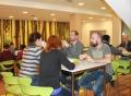 Vorschau: Mehrere Personen in einer Cafeteria