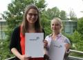 Vorschau: Zwei junge Frauen mit Urkunden