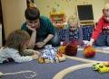 Vorschau: kleine Kinder und eine Frau spielen