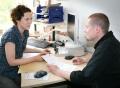 Vorschau: Beraterin und Student sitzen sich am Schreibtisch gegenüber, es geht um Fragen der Studienfinanzierung