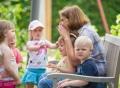 Vorschau: Kinder werden mit Freude betreut.
