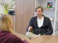 Vorschau: Berater im Gespräch mit Studentin