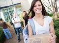 Vorschau: Studentin mit Umzugskarton