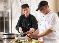 Vorschau: Ein Koch und seine Kollegin richten Salatteller an und sind sichtlich zufrieden mit dem Resultat