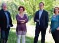 """Vorschau: Das Team der Abteilung """"Information, Beratung, familienfreundliches Studium"""", fotografiert in frühlingshafter Kulisse mit Bäumen"""