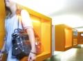 Vorschau: Studentin läuft durch Korridor bei Seezeit