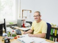 Vorschau: Betriebshandwerker am Schreibtisch im Wohnheim Germersheim
