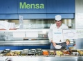 Vorschau: Vorbereitung des Salatbüffets an der Ausgabe in der Mensa Ludwigshafen