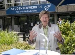 Die Geschäftsführerin des Studentenwerks Schleswig-Holstein mit der Auszeichnung