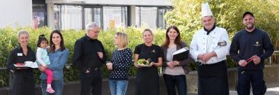 Mitarbeiter aus fast allen Bereichen des Studierendenwerks Koblenz vor dem Mensa-Gebäude