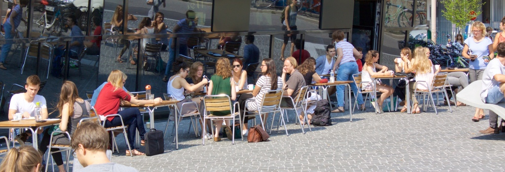 Cafeteria des Studierendenwerks vor der neuen UB in Freiburg