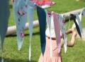 Vorschau: Spielendes Kind an einer bunten Fähnchen-Girlande