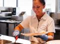 Vorschau: Mitarbeiterin bei der Essensausgabe
