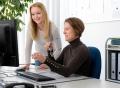 Vorschau: Kolleginnen der Ausbildungsförderung am PC