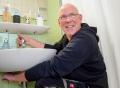 Vorschau: Hausmeister wartet den Abfluss eines Waschbeckens