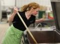 Vorschau: Mitarbeiterin in der Küche