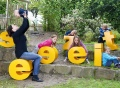 Vorschau: Kinder im Garten mit Seezeit-Buchstaben