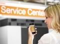 Vorschau: Studentin mit Smartphone vor Seezeit Service Center