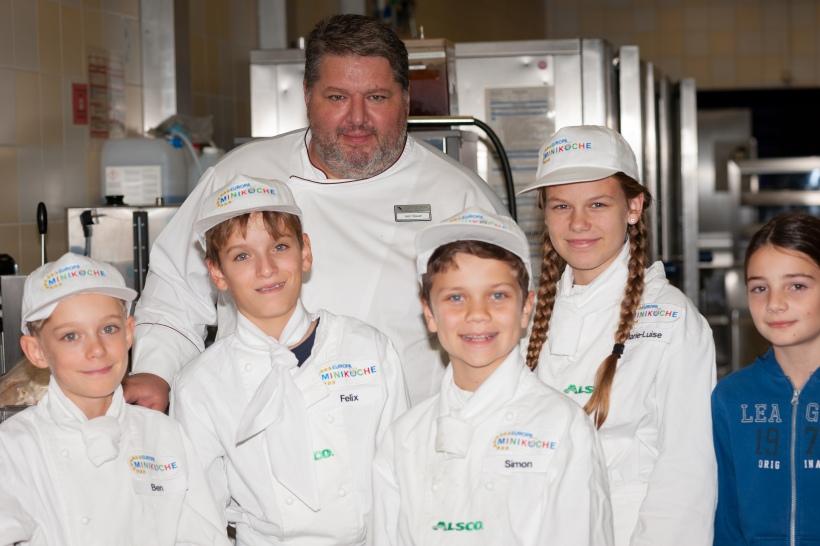 Küchenleiter der Mensa an der Universität Regensburg Markus Bauer mit Miniköchen