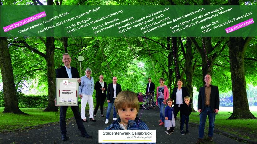Der Geschäftsführer des Studentenwerks Osnabrück zusammen mit seinen Mitarbeiter/innen und deren Kindern präsentiert das neue Zertifikat