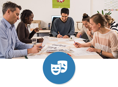 Mitarbeiter aus dem Bereich Kultur sitzt mit vier Studierenden unterschiedlicher Nationalitäten am Tisch und entwerfen ein Veranstaltungsplakat